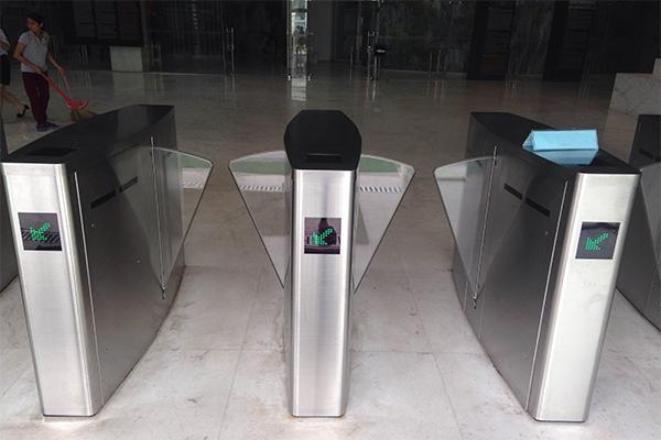 Hệ thống kiểm soát ra vào dùng Flap barrier kết hợp máy đo tĩnh điện